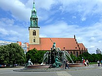 Berlín, Mitte, kostel Marienkirche a Neptunova kašna.jpg