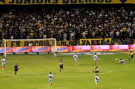 Riquelme convertint el 3:0 davant l'Arsenal l'any 2010.