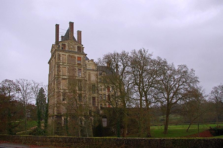 """Brissac-Quincé (Maine-et-Loire)  Le château de Brissac.  Le château appartient à la famille des Cossé-Brissac depuis 1502. Ce château est remarquable par sa hauteur.   C'est dans ce château que le 13 août 1620, eut lieu la réconciliation de Louis XIII avec sa mère, Marie de Médicis, veuve d'Henri IV.  Après la mort d'Henri IV, Louis XIII est couronné roi de France à Reims le 17 octobre 1610. Louis XIII n'a que 9 ans. Le pouvoir est alors assuré par sa mère Marie de Médicis, qui gouverne le royaume comme régente au nom de son fils. Marie de Médicis et son fils Louis XIII s'entendent mal. Marie de Médicis laisse gouverner ses favoris, Concino Concini et Léonora Galigaï.  Louis XIII s'indigne de voir Concini, un étranger incapable selon lui, usurper le gouvernement de son État, tandis qu'on le relègue dans un coin du Louvre.  Afin d'accéder au pouvoir, Louis XIII fait assassiner Concino Concini à coups de pistolet par le baron de Vitry, capitaine des gardes, le 24 avril 1617. Louis XIII exile sa mère Maris de Médicis à Blois.  Le 22 février 1619, Marie de Médicis s'échappe du château de Blois et lève une armée contre son fils déclenchant la """"première guerre de la mère et du fils"""". Le Traité d'Angoulême du 30 avril, négocié par Richelieu, signé le 30 juillet 1619, réconcilie officiellement le fils et la mère.  Une faction de grands seigneurs se forme alors autour de Marie de Médicis. Le 4 juillet 1620, Louis XIII prend alors le parti de la guerre, c'est la """"deuxième guerre de la mère et du fils"""". Les troupes du roi écrasent l'armée de Marie de Médicis à la bataille des Ponts-de-Cé. La réconciliation se fera à Brissac.   The castle belongs to the family of Cosse-Brissac since 1502. This castle is remarkable for its height.  It is in this castle August 13, 1620, took place the reconciliation of Louis XIII and his mother, Marie de Medici, widow of Henri IV.  After the death of Henri IV, Louis XIII is crowned King of France in Reims October 17, 1610. Louis XIII was only nin"""