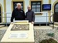 Bronzerelief awarischer Greif in Zillingtal-Celindof, links Dr. Herbert Gassner.jpg
