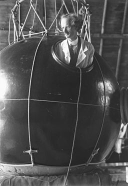 Bundesarchiv Bild 102-10379, Prof. Auguste Piccard mit Forschungsballon