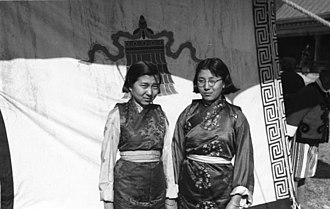 Kho (costume) - Daughters of chogyal Tashi Namgyal wearing kho (1938).