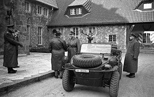 Volkswagen Schwimmwagen - Image: Bundesarchiv Bild 146 1979 175 10, Carinhall, Göring begrüßt SS Führer