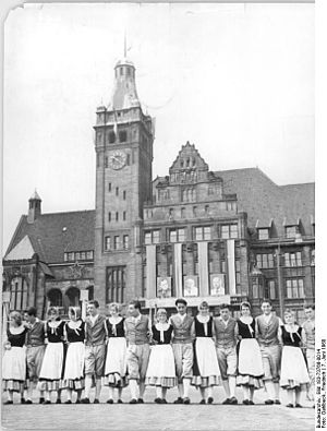 Timeline of Chemnitz - Arbeiterfestspiele participants in front of City Hall, 1960