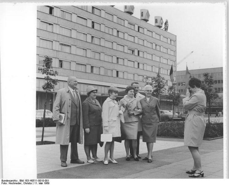 File:Bundesarchiv Bild 183-H0511-0010-001, Berlin, Jugendweihe, Familienfoto.jpg