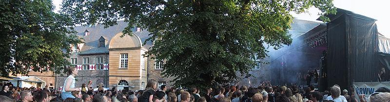 File:Burgfolk 2003 Panorama.jpg