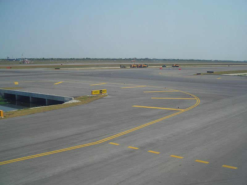 File:C4 taxiway with road improvement construction vehicles at Suvarnabhumi International Airport.JPG