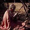COLLECTIE TROPENMUSEUM Een Masai vrouw bewerkt een stuk leer TMnr 20038837.jpg