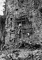 COLLECTIE TROPENMUSEUM Ladders steigers en rotsgraven op de begraafplaats der vorsten van Sangalla' TMnr 20000484.jpg