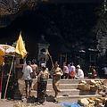 COLLECTIE TROPENMUSEUM Offeraltaren bij de Pura Goa Lawa of Vleermuizengrot TMnr 20018474.jpg