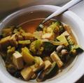 Caldo vegano de tofu con vegetales verdes.png