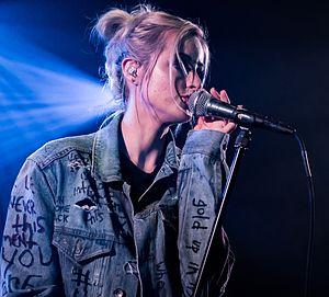 Carah Faye Charnow - Carah Faye performing in 2016