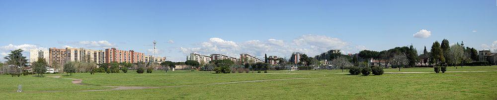 Vista panoramica dell'adiacente parco Villa De Sanctis (lato via del Gordiani) e il quartiere omonimo sullo sfondo