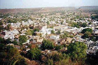 Chanderi - View of Chanderi town from kila Kothi. The Chaubisi Jain temple with 24 shikharas, installed in 1836 by Bhattaraka Harichand of Sonagir, is in the center.