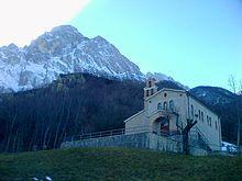 La chiesa di santa Maria Delle Grazie, nella frazione di Casale San Nicola, sullo sfondo il