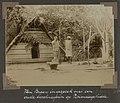 Collectie NMvWereldculturen, RV-A102-1-106, 'Van Breen in gesprek met een oude boschnegerin op Pikiendagohidde'. Foto- G.M. Versteeg, 1903-1904.jpg