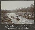 Collectie NMvWereldculturen, RV-A102-1-127, 'Afschieten van de Loloval. Awinsai en Agentoa'. Foto- G.M. Versteeg, 1903-1904.jpg