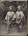Collectie NMvWereldculturen, RV-A78-49, Foto- 'Portret van twee Minangkabauers uit Kota Gedang', fotograaf C.B. Nieuwenhuis, 1880-1908.jpg
