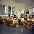 Collectie Nationaal Museum van Wereldculturen TM-20029636 Klaslokaal in Huishoudschool Mater Dei Aruba Boy Lawson (Fotograaf).jpg
