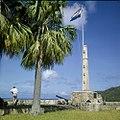 Collectie Nationaal Museum van Wereldculturen TM-20030093 Binnenplaats van Fort Oranje met het Amerikaanse monument Oranjestad -Sint Eustatius Boy Lawson (Fotograaf).jpg