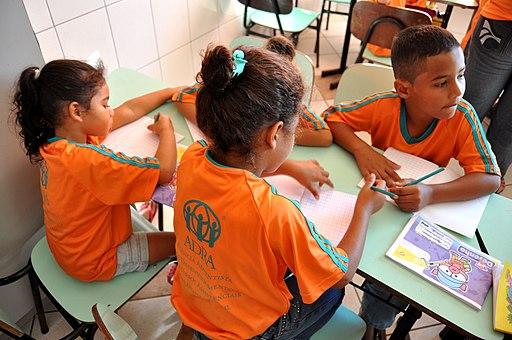 Crianças na escola ADRA em Itanhaém