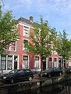 foto van Statig herenhuis onder dwars schilddak, waarop rechts een hoekschoorsteen met geprofileerde afdekking