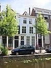 foto van Pand, met gepleisterde gevel onder rechte lijst, geprofileerde vensteromlijstingen en deuromlijsting met eenvoudige pilasters en hoofdgestel. Hardstenen plint