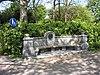foto van Gedenkteken in de vorm van een zitbank ter nagedachtenis aan professor Adrien Huet, hoogleraar aan de Technisch Hogeschool van Delft