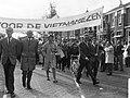 Demonstranten op weg naar het Amerikaans consulaat aan het Museumplein, Bestanddeelnr 919-6893.jpg