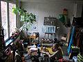 Der Maler, Dokumentarfilmer und Geschäftsführer vom Scharniertheater Hannover, Ralf-Peter Post, bei ostfriesischem Tee in seinem Wohnatelier auf dem Sprengel-Gelände, Klaus-Müller-Kilian-Weg 1.jpg