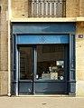 Devanture d'établissement à Paris, avec aérateur sur le rideau de fer.jpg
