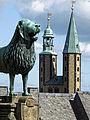 Die Goslarer Kaiserpfalz. Braunschweiger Löwe mit den Türmen der Marktkirche.jpg