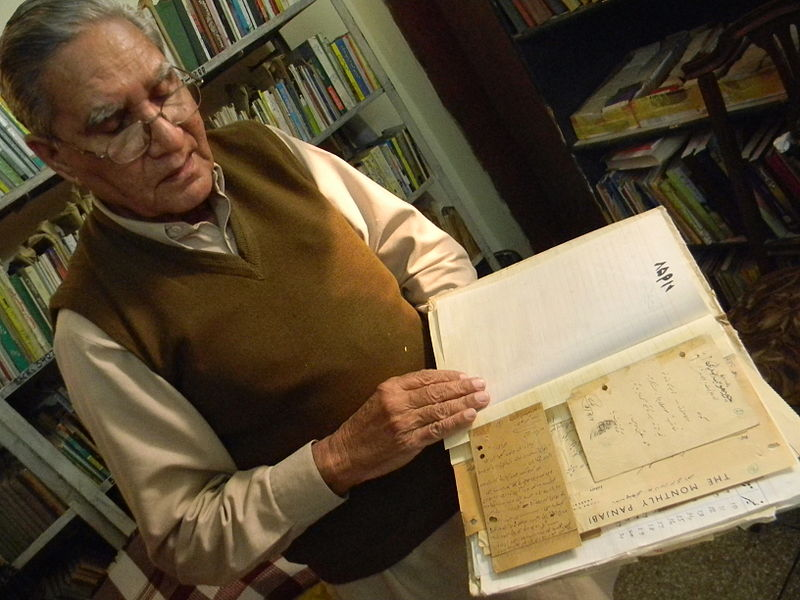 فائل:Dr Shahbaz Malik showing his Letter catalogue.jpg