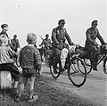 Duitser trekken na de capitulatie uit het Gooi weg Duitse militairen op fietsen, Bestanddeelnr 900-2896.jpg