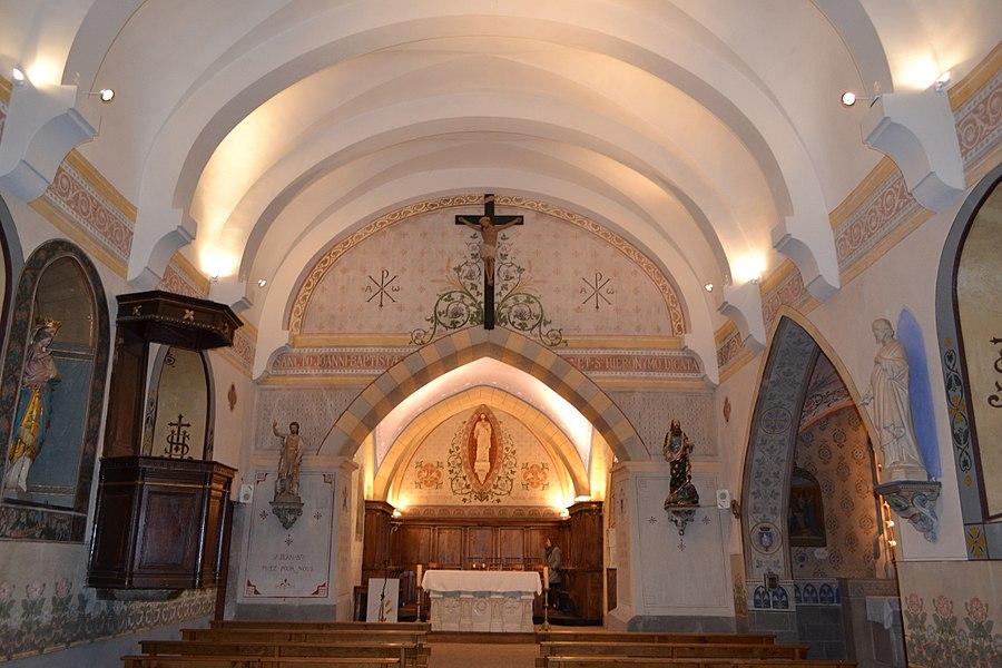 Vue intérieure de l'église Saint-Jean-Baptiste de Leyment: nef et abside devant, aperçu de chapelle de la Vierge à droite