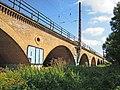 Eisenbahnviadukt Wiederitzsch in der Rietzschkeniederung im August 2017a.jpg