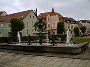 Der im April 2007 abgerissene Elsterbrunnen am Markt.
