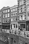 foto van Voorhuis met een 17e-eeuws karakter, tegenwoordig van drie bouwlagen, een kap loodrecht op de straat en een kelder onder de straat