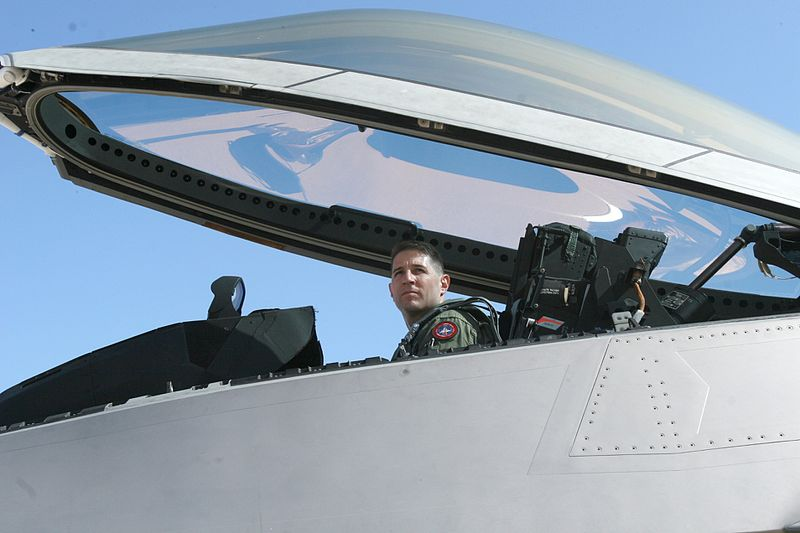 800px-F-22_Raptor_and_pilot_at_Marine_Corps_Air_Station_Miramar_25_Jun_2010.jpg