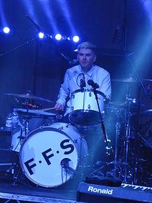 Paul Thomson sur scène avec FFS en août 2015