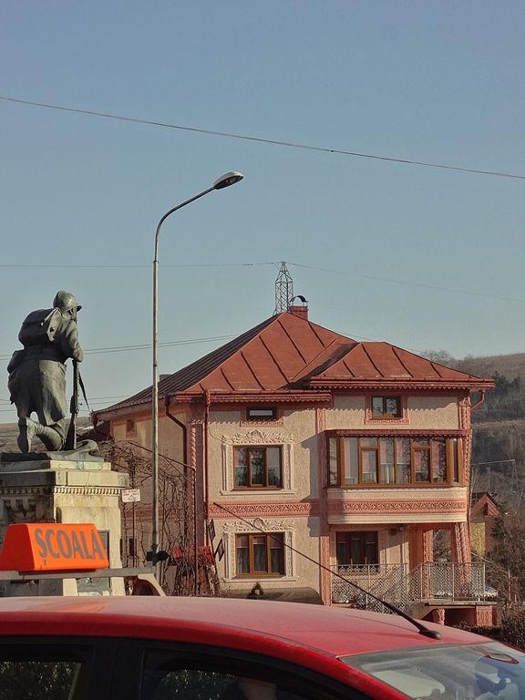 File falticeni statue du soldat douanier maison de ville for Auto ecole maison alfort