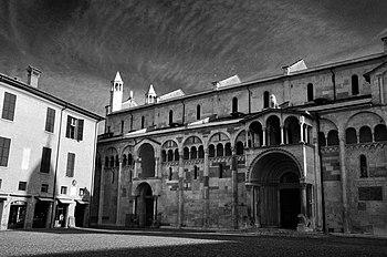 Fianco Destro del duomo di Modena.jpg