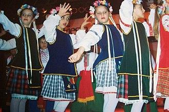 Ukrainian Argentines - A group of Ukrainian Argentine girls dancing.