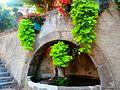 Fontaine au pied des escaliers menant au château de Foix. .jpg