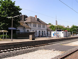 Friedrichsdorf station - Entrance building with the home platform (track 2) in the summer of 2007