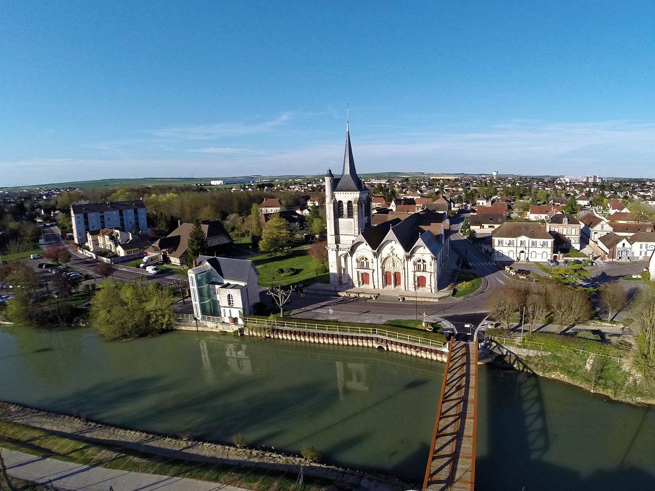 Vue aérienne de l'église, de la Seine et du bourg.