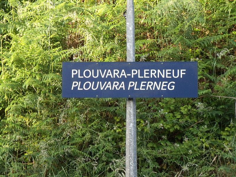 Le panneau en français et breton de la Gare de Plouvara - Plerneuf
