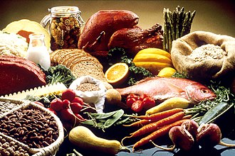 Zastawa stołowa z czerwonym mięsem, chlebem, makaronem, warzywami, owocami, rybami i fasolą