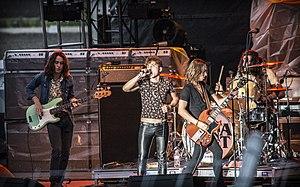 La banda en el escenario de la feria Red River Valley Fair, West Fargo, Dakota del Norte, 2017 (De izquierda a derecha: Sam Kiszka, Josh Kiszka, Jake Kiszka, Danny Wagner)