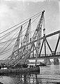 HUA-152727-Gezicht op het plaatsen van een gedeelte van de spoorbrug over de Waal te Zaltbommel.jpg